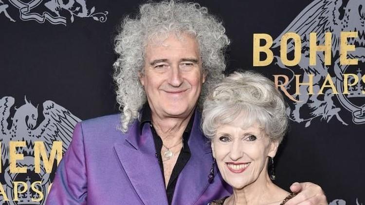 Gitaris legenda dari band rock Queen, Brian May sangat bersyukur hingga 18 tahun pernikahan, ia masih bersama sang istri Anita Dobson.