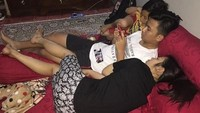 <p>Soimah dan kedua anaknya lagi santai nih. Mereka sederhana dan apa adanya banget ya, Bun. (Foto: Instagram @showimah)<br /></p>