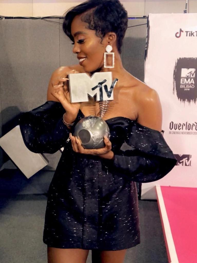 Tiwa Savage. Penyanyi sekaligus penulis lagu ini berhasil memenangkan kategori Best African Act. Tiwa sendiri sudah lebih dari 20 tahun berkarya dalam bidang musik.