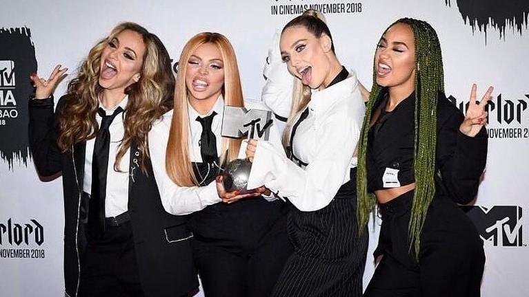 Little Mix. Grup musik yang terdiri dari empat orang ini sukses meraih piala dalam kategori Best UK Act. Wajah bahagia dari para personel begitu jelas terlihat karena mereka berhasil mengalahkan Anne-Marie, George Ezra, Stormzy, dan Dua Lipa.