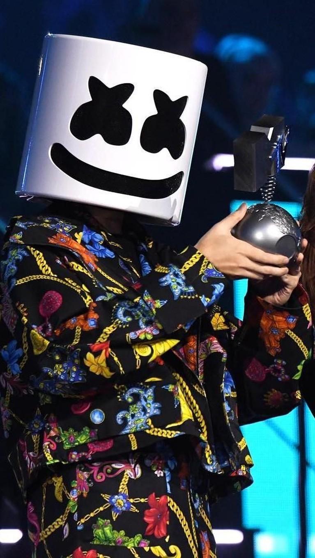 Marshmellow. Disjoki yang identik dengan mengenakan topeng ini sukses meraih piala MTV EMA 2018 dengan kategori Best Electronic. Marshmellow berhasil mengalahkan David Guetta yang menang pada tahun lalu.