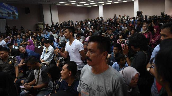 Keluarga korban jatuhnya pesawat Lion Air JT-610 menuntut pemerintah melakukan pencarian ulang korban dan meminta Lion Air mempercepat pencairan dana santunan.