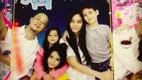 <p>Foto box bareng keluarga seperti Ine seru juga lho. (Foto: Instagram/inefebriyanti)</p>