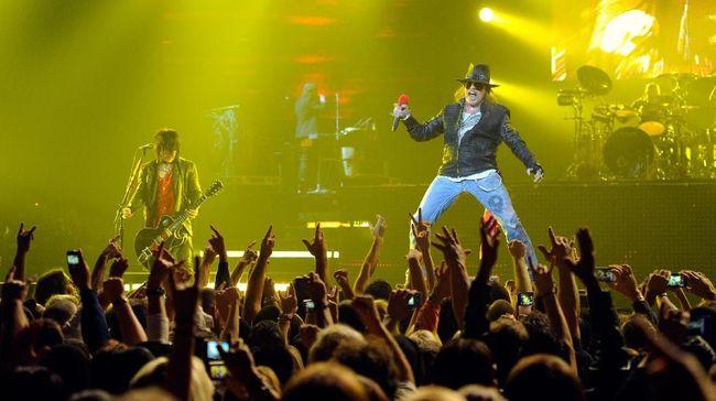 Band rock Guns N' Roses membawakan lagu hit Sweet Child O' Mine pada separuh awal konsernya di Stadion Utama Gelora Bung Karno Jakarta, Kamis (8/11) malam.