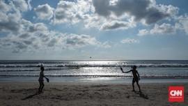 Hari-hari Tanpa Makan Siang Sang Pemilik Pusat Selancar Bali