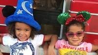 <p>Sapaan akrab mereka, Roe dan Roc, Bun. Manis ya senyum mereka. (Foto: Instagram @mariahcarey)<br /><br /></p>