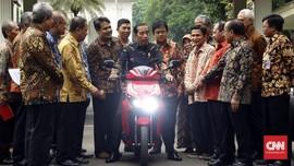 Jokowi-Bamsoet Disebut Konsumen Skuter Listrik Gesits