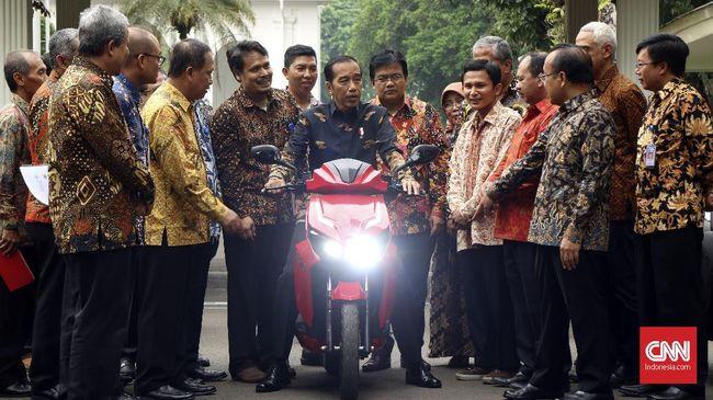 Presiden Joko Widodo menjajal motor listrik hasil kerja sama Garansindo dengan Institut Teknologi Sepuluh November (GESITS).