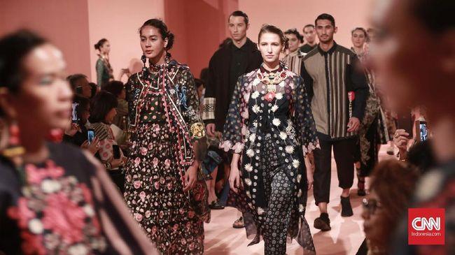 Desainer Biyan Wanaatmadja menghadirkan koleksi baru untuk Studio 133 yang bertajuk Juxtaposition.