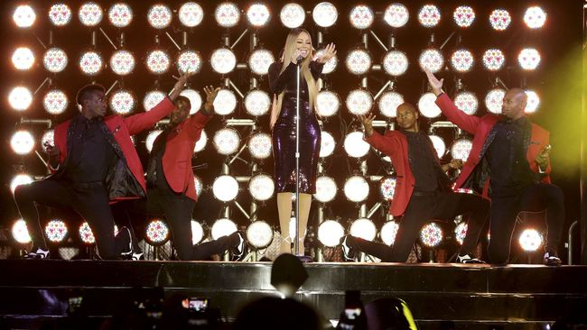 Setelah 14 tahun sejak ia datang ke Jakarta, Mariah Carey akhirnya kembali dan mengibur fannya di Candi Borobudur, Selasa malam.