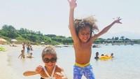 <p>Bahagianya Roe dan Roc main ke pantai. (Foto: Instagram @mariahcarey)<br /><br /></p>