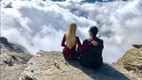 <p>Keduanya foto dengan latar pegunungan Alpen, Swiss. Bagus ya, Bun? (Foto: Instagram @varshaadhikumoro)</p>