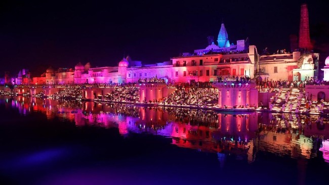Bagi masyarakat India yang mayoritas adalah pemeluk Hindu, Festival Diwali amat penting sebagai simbol menangnya kebaikan melawan kejahatan.