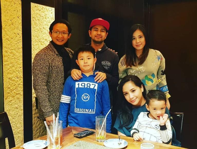 Setelah ditelusuri, Fransen Susanto ternyata sudah berkeluarga, lho! Intip aja foto kebersamaannya dengan keluarga Raffi di atas.