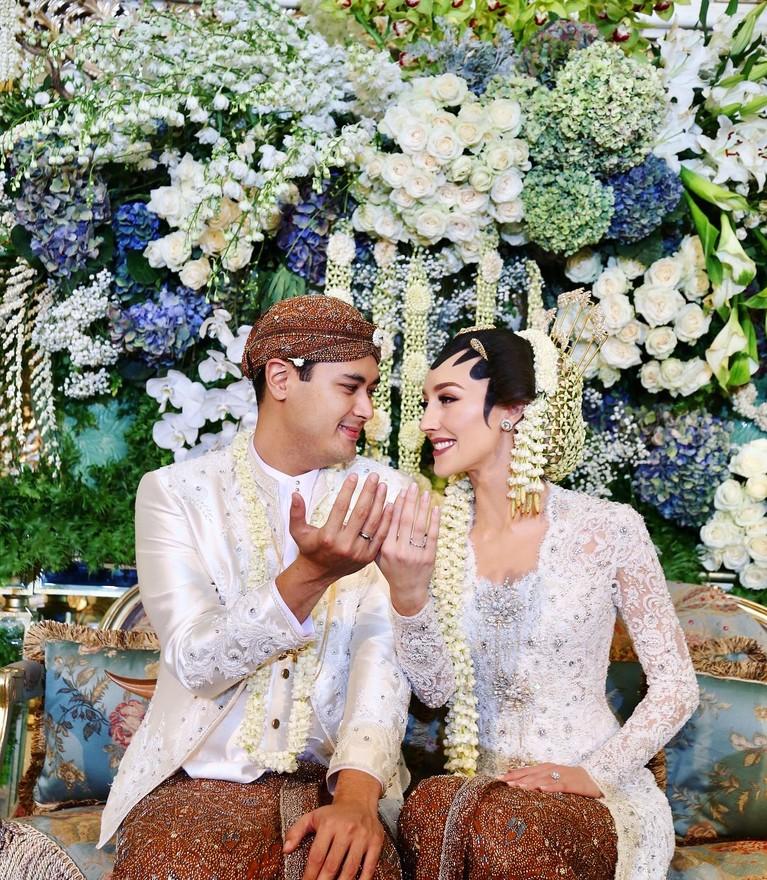 Meski bukan berdarah Jawa, Varsha tampak sangat cantik dirias paes di hari pernikahannya dengan Panji, 3 Agustus 2018.