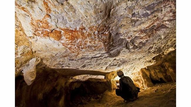Tim peneliti mengungkap penemuan lukisan hewan abstrak yang menggunakan batu sebagai medium tertua di dunia. Lukisan gua tersebut terletak di Kalimantan Timur.