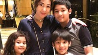 <p>Bunda Erin dengan tiga anaknya, wah kompak nih pakai baju dengan warna senada. (Foto: Instagram @erintaulany)</p>