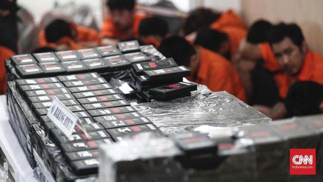 Polda Metro Jaya dan Labfor Mabes Polri menunjukkan barang bukti dari laboratorium pembuatan vape liquid berbahan narkoba di rumah kontrakan Kelapa Gading, Jakarta Utara, Kamis, 8 November 2018. Polisi menggerebek rumah kontrakan di Jalan Janur Elok 7 Blok QHS No.15 di Kelapa Gading yang merupakan laboratorium meracik dan membuat vape liquid yang mengandung narkotika jenis MDMA. Pengungkapan sindikat jaringan Reborn Cartel tersebut mengendus satu dari 18 tersangka sebagai gembong pengedar berinisial TY yang melancarkan bisnis dari balik Lapas Cipinang. CNNIndonesia/Safir Makki