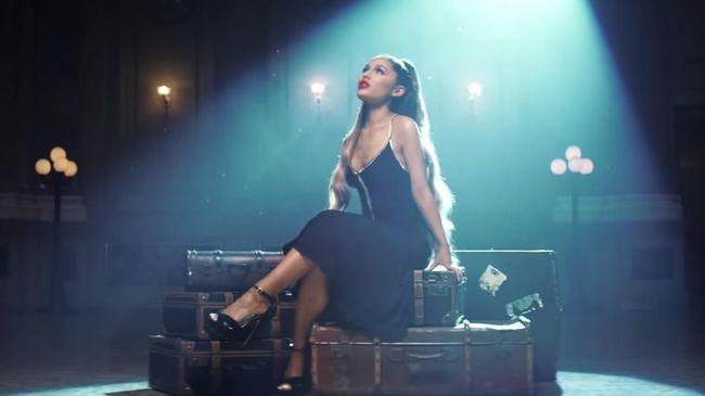 Penyanyi Ariana Grande membutuhkan waktu beberapa lama untuk menenangkan diri setelah terbawa emosi saat konser di kota asal mendiang Mac Miller.