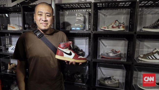 Mengumpulkan sneakers lawas sejak 1995, Sebastian Tay tak tahu lagi berapa pasang sepatu miliknya. Empat tahun lalu, ada lebih dari seribu sepatu dimiliknya.