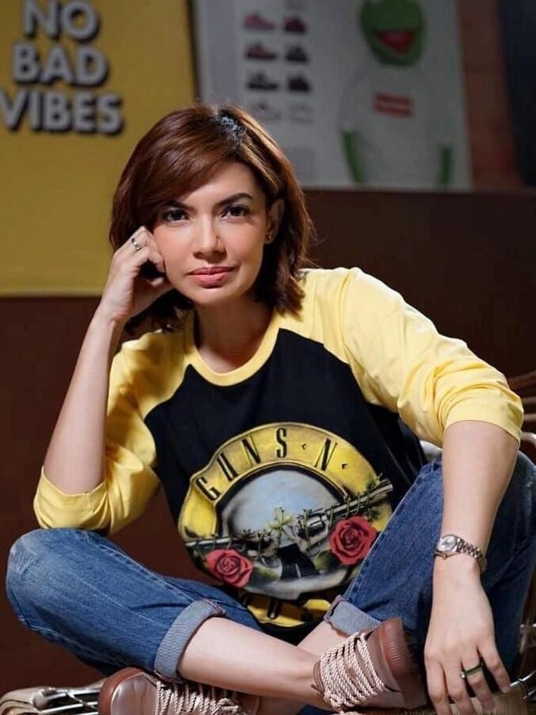 Najwa Shihab. Jurnalis cantik ini juga tak mau kalah. Ia datang menonton konser Guns N' Roses bersama teman-temannya. Najwa juga memakai atribut lengkap band kesukaannyaitu.