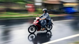 Mengatasi Motor 'Karbu' Mogok Akibat Hujan dengan Obeng