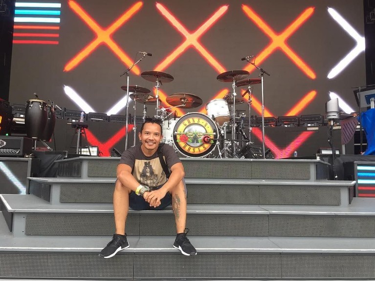 Mario Marcella. Gitaris band Kotak ini juga datang memeriahkan konser band rock asal Amerika Serikat itu. Bahkan Cella sempat foto di atas stage Guns N' Roses tampil.
