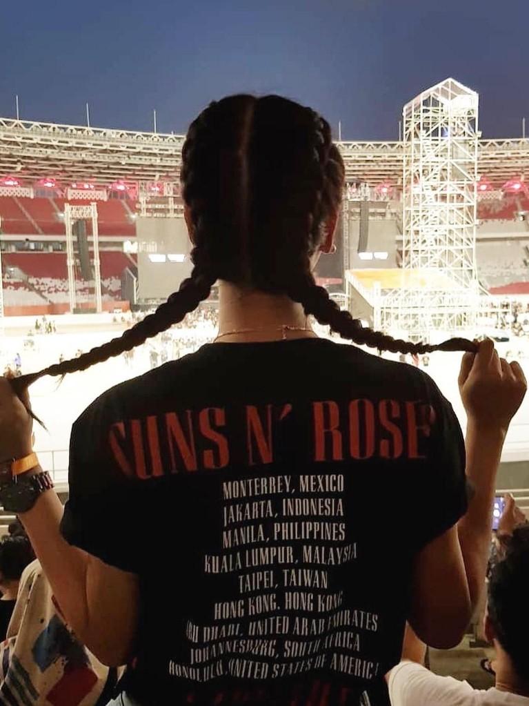 Astrini Putri. Runner Up 1 Miss Indonesia 2017 itu ternyata sangat mengidokan Guns N' Roses. Bahkan foto dirinya diunggah oleh akun Instagram resmi Guns N' Roses di Instastory. Beruntung banget ya!
