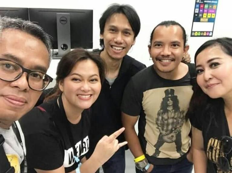 Eross Candra. Tak sendiri, gitaris Sheila On 7 ini datang bersama teman-temannya. Bagi pria kelahiran Yogyakarta itu menonton Guns N' Roses adalah pengalaman yang tak tergantikan.