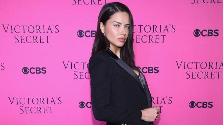 Momen Pensiun Adriana Lima dari Victoria's Secret bersama Anak