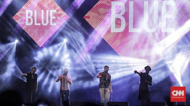 Grup vokal asal Inggris, Blue, menjadi bintang yang paling dinantikan dalam konser nostalgia era 1990an semalam.