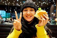 Manisnya Fanny Ghassani Saat Makan Burger hingga Minum Jus