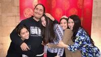 <p>Kompaknya Bunda Titi DJ dengan empat buah hatinya yaitu si kembar Salmaa dan Salwaa, Daffa, dan Stephanie. (Foto: Instagram/ @stephaniepoetri)</p>