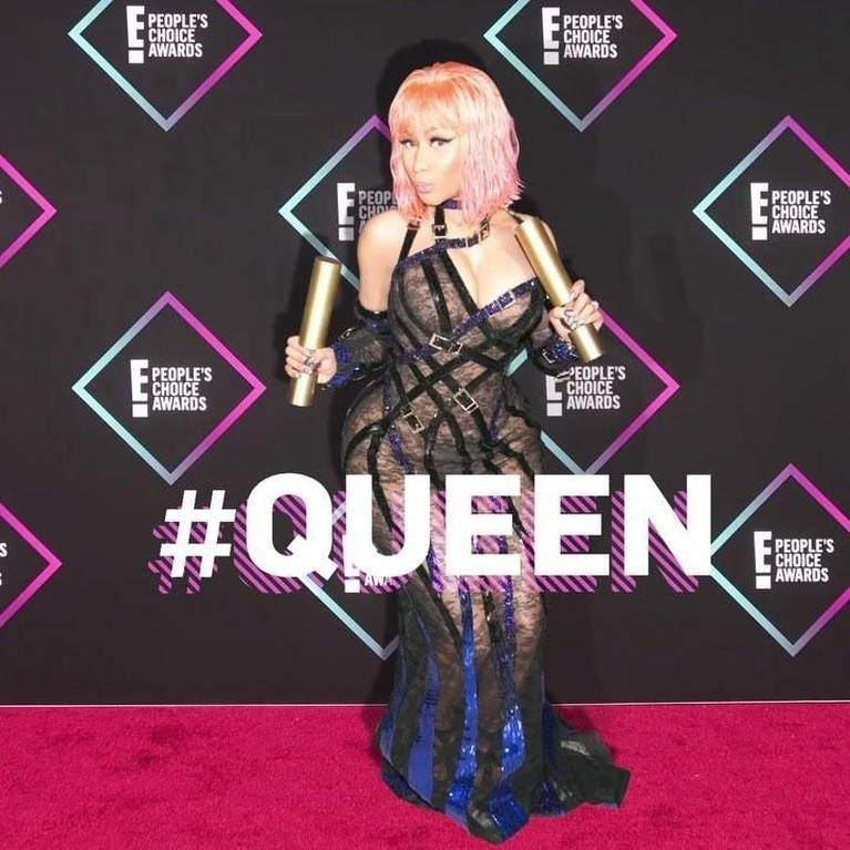 Nicki Minaj. Penyanyi bernama asli Onika Tanya Maraj ini memborong dua piala People's Choice Awards. Minaj berhasil memenangkan kategori The Album dan The Female Artist.