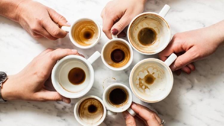 Cangkir dan gelas di dapur kotor karena noda kopi dan teh yang membandel, Bun? Bersihkan dengan 5 cara ini.