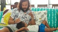 <p>Den Bagus kelihatannya nyaman banget nih rebahan di pangkuan sang ayah, Dwi Sasono. (Foto: Instagram/ @dwisasono)</p>