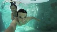 <p>Hot Daddy yang satu ini mengunggah foto kebersamaan dengan putranya. Juna memegang erat pundak Ayah Christian Sugino ketika berenang. (Foto: Instagram/ @csugiono)</p>