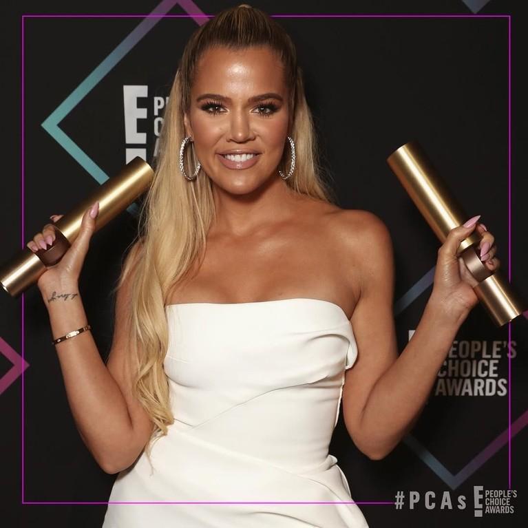 Khloe Kardashian. Wanita cantik ini berhasil membawa dua piala sekaligus. Khloe menang dalam kategori The Reality Show of 2018 dan The Reality TV Star of 2018.