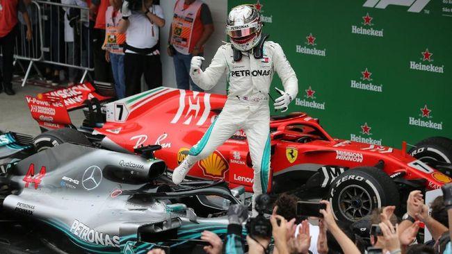 Pebalap Mercedes Lewis Hamilton keluar sebagai juara di Formula 1 (F1) GP China di Sirkuit Internasional Shanghai, Minggu (14/4).