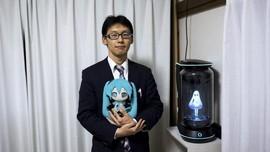 Pria Jepang Menikahi Gadis Hologram