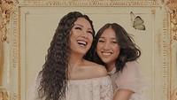 <p>Happy-nya Titi foto bersama Salmaa. (Foto: Instagram/ @ti2dj)</p>
