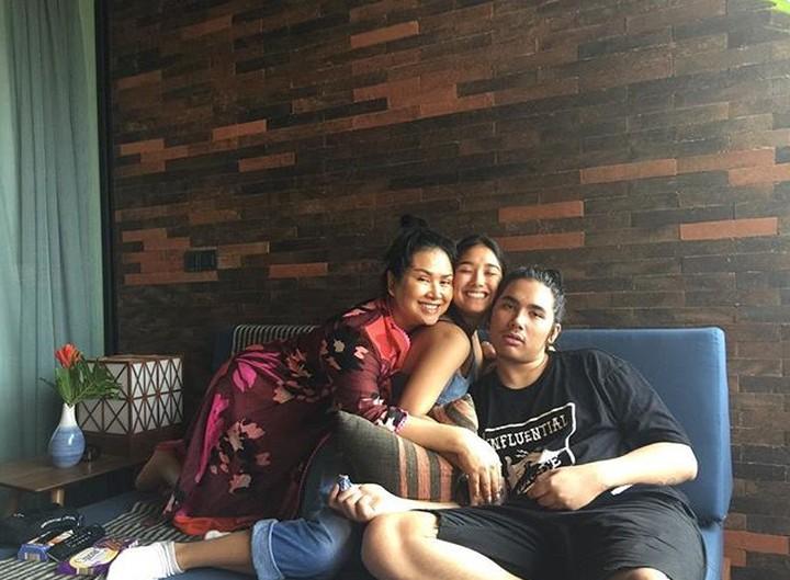 Diva Titi Dwijayanti atau Titi DJ kompak banget deh dengan keempat anaknya. Foto-foto ini buktinya.