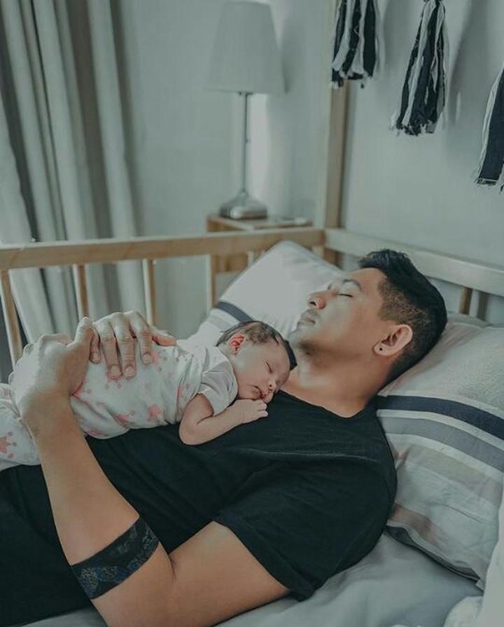 Di momen Hari Ayah Nasional yang jatuh pada hari ini, yuk lihat 10 momen mesra para ayah dengan buah hatinya.