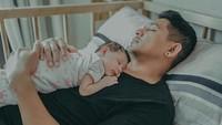 <p>Sea, putri kecil Ryan Delon dan Sharena sedang tertidur pulas di pelukan ayahnya. Sweet banget ya, Bun. (Foto: Instagram/ @tail_wagging)</p>