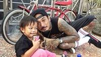 <p>Diajak foto sama Jerinx, bocah ini malah asyik makan es krim. Hi-hi-hi. (Foto: Instagram @jrxsid)</p>