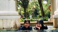 <p>Seru! Saat Bunda Sindy quality time-an bareng si kecil dengan berenang. (Foto: Instagram @sdewiana) </p>