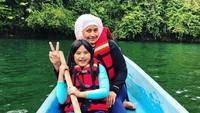 <p>Ibu dan anak sama-sama cute ya? (Foto: Instagram @sdewiana)</p>
