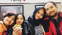 "<p>Inilah pemeran <a href=""https://wolipop.detik.com/hijab-style/d-3623119/foto-ini-sindy-pemeran-saras-008-yang-kini-berhijab--tinggal-di-australia"" target=""_blank"">'Saras 008'</a>, jagoan perempuan berkostum hitam putih, Sindy Dewiana bersama kedua anaknya Kayla dan Keisha serta suaminya. Penampilan Sindy beda banget ya sekarang, Bun? (Foto: Instagram @sdewiana) </p>"