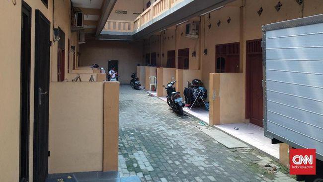 Pembunuhan terhadap satu keluarga di Bekasi diduga terjadi dini hari. CNNIndonesia.com mewawancarai tetangga korban dan menemukan sejumlah hal di sekitar TKP.