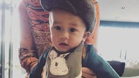 <p>Pakai slabber motif kelinci bikin Miles terlihat menggemaskan. (Foto: Instagram @chrissyteigen)</p>